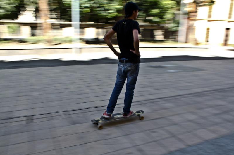 Chico andando en patineta
