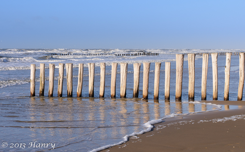 strand zee palen golven beach sea waves posts