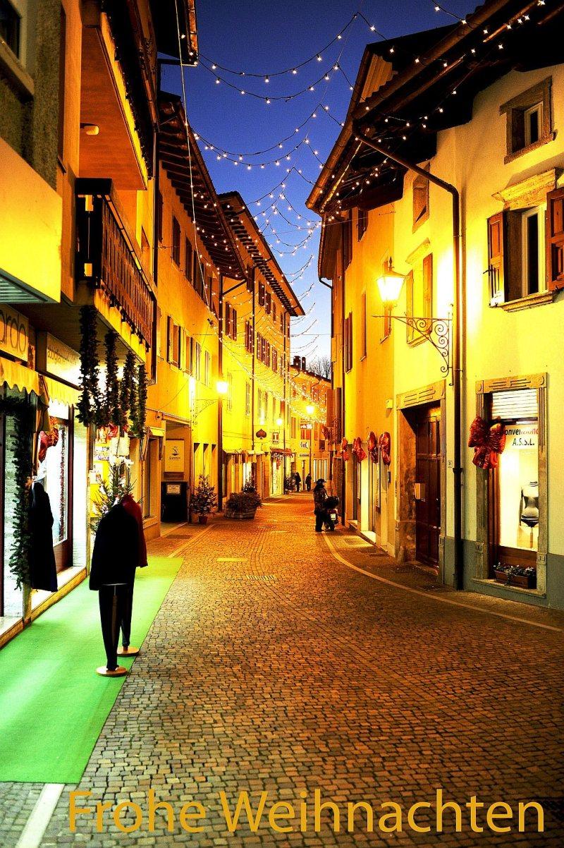 Einkaufstrasse zur blauen Stunde