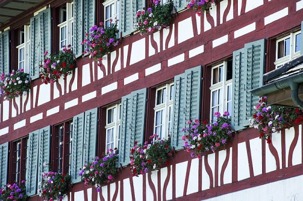 Riegelhaus mit Blumenschmuck