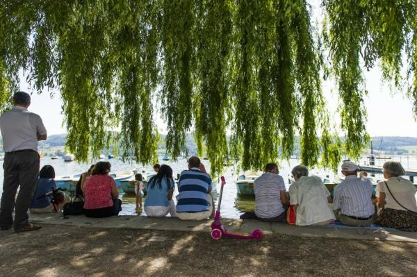 Leute sitzen am See