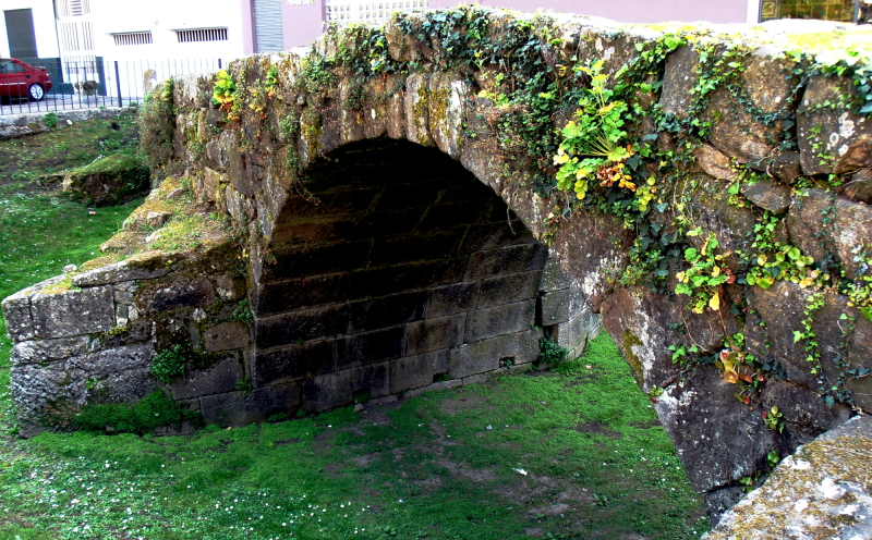 A Roman bridge between buildings