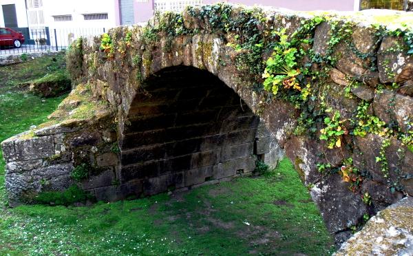 A Roman bridge between buildings