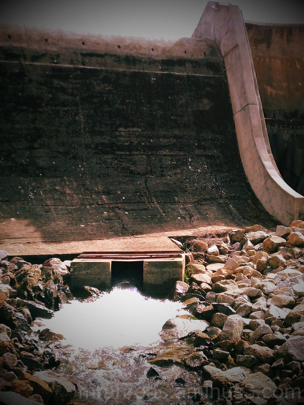 Spillway of multiple-arch buttress dam
