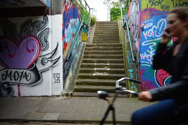 graffiti girl bike fiets tunnel