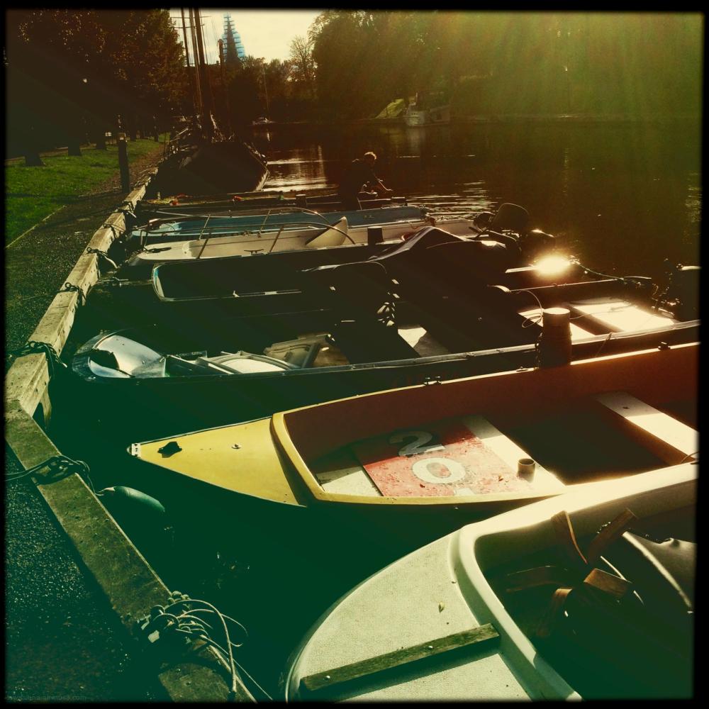 boats docked aangemeerd bootjes