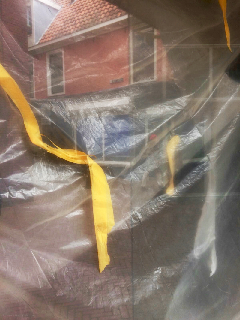 etalage window plastic yellow