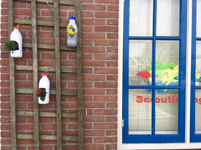 wall muur scouting melkflesjes bottles plantjes