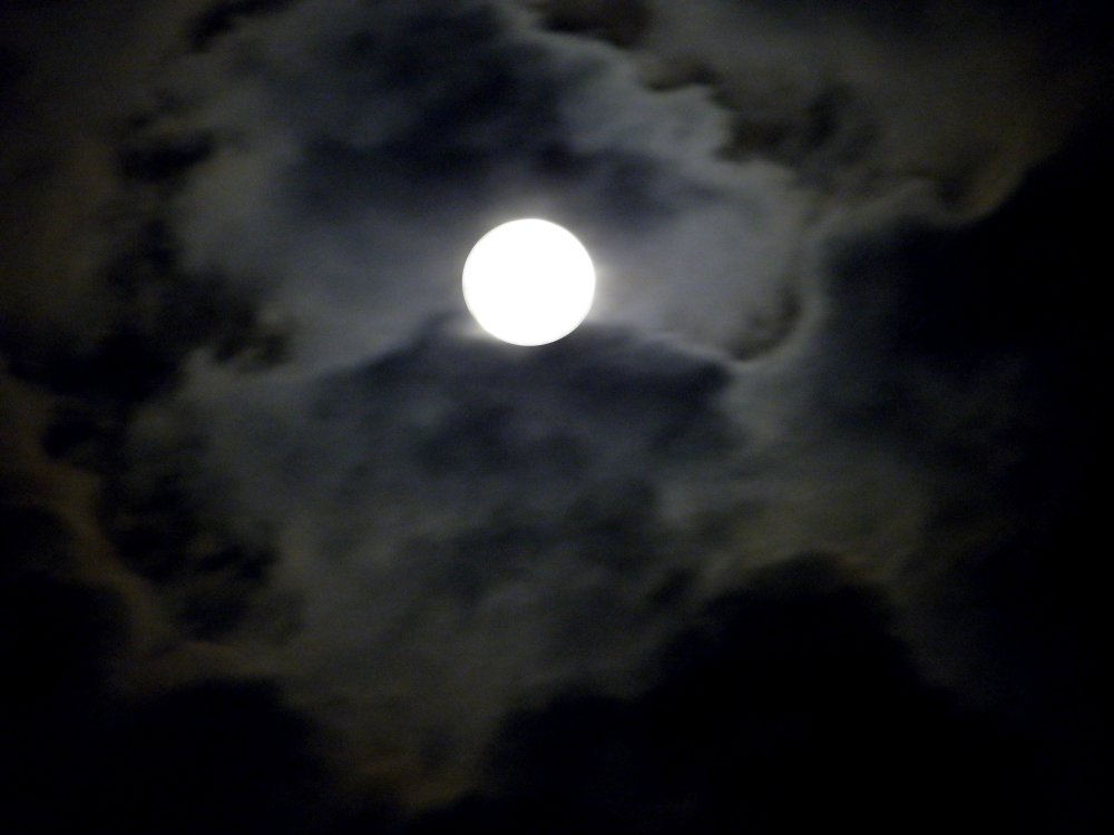 La luna entre nubes