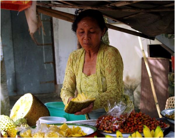 L'art de la coupe du durion à Tirta Gangga