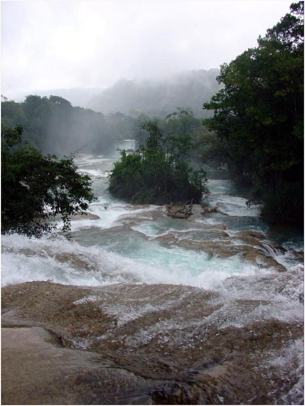 Cascade tumultueuse d'Agua Azul à San Christobal
