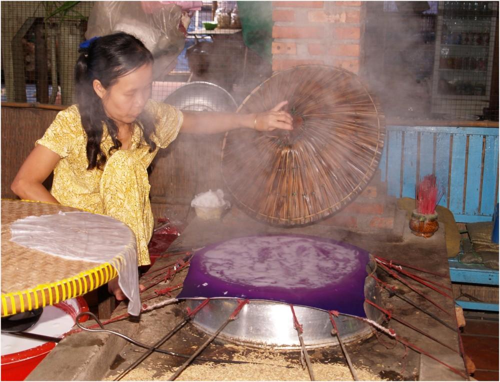 Fabrication de galettes de riz au Vietnam