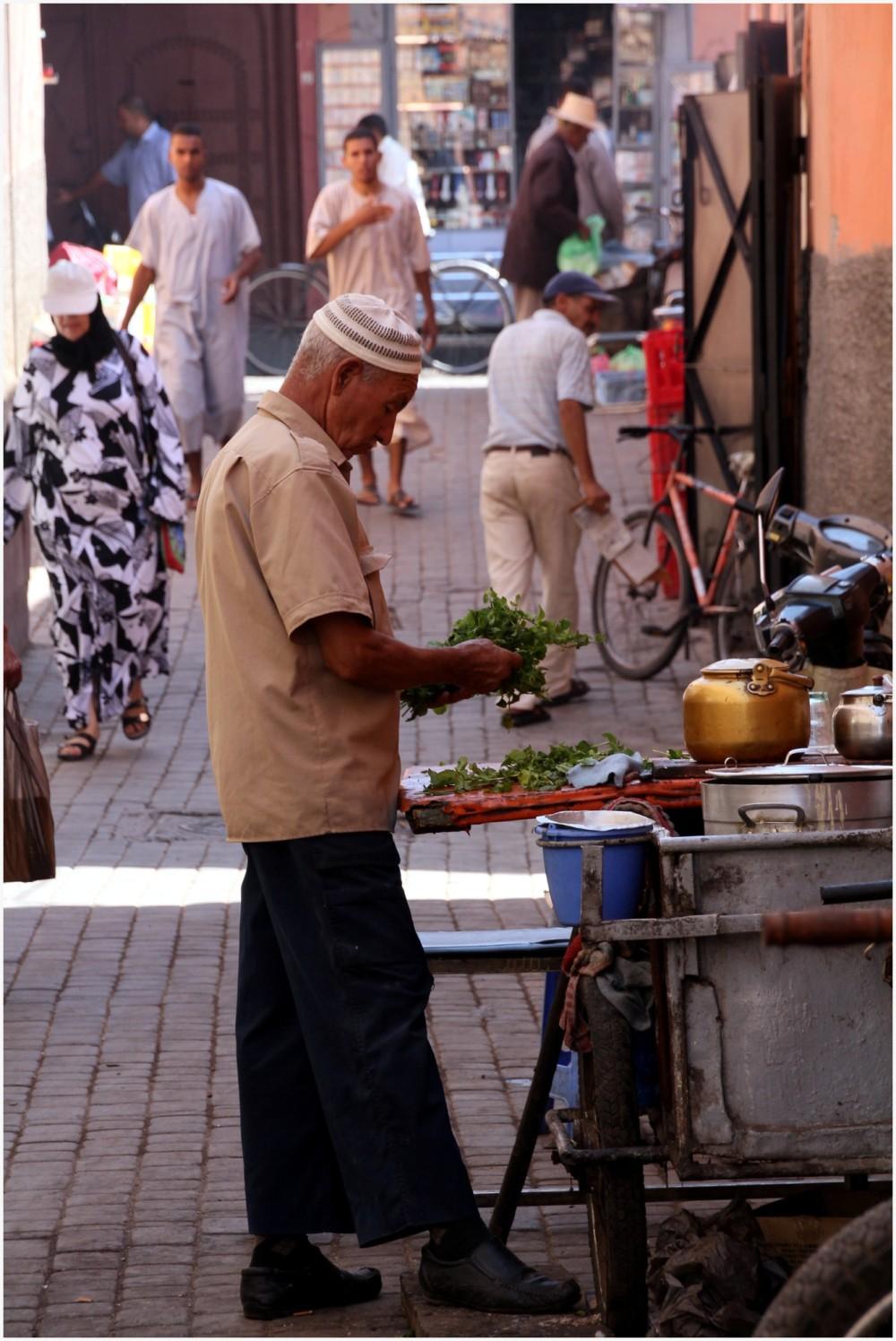 Marchand de thé dans la médina de Marrakech