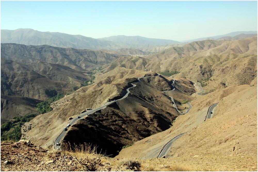Maroc ,le  lacet routier du col du Tizin Tichka