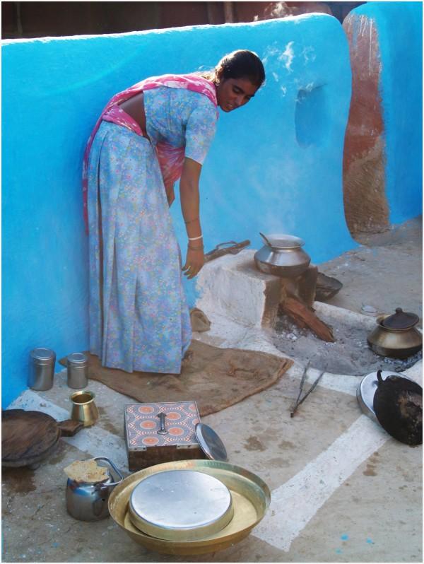 Femme Brahmane dans sa cuisine bleue