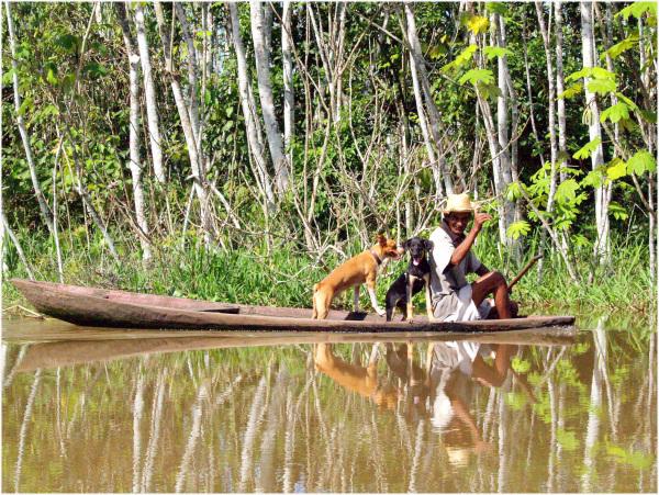 Pêcheur accompagné sur le Rio négro en Amazonie