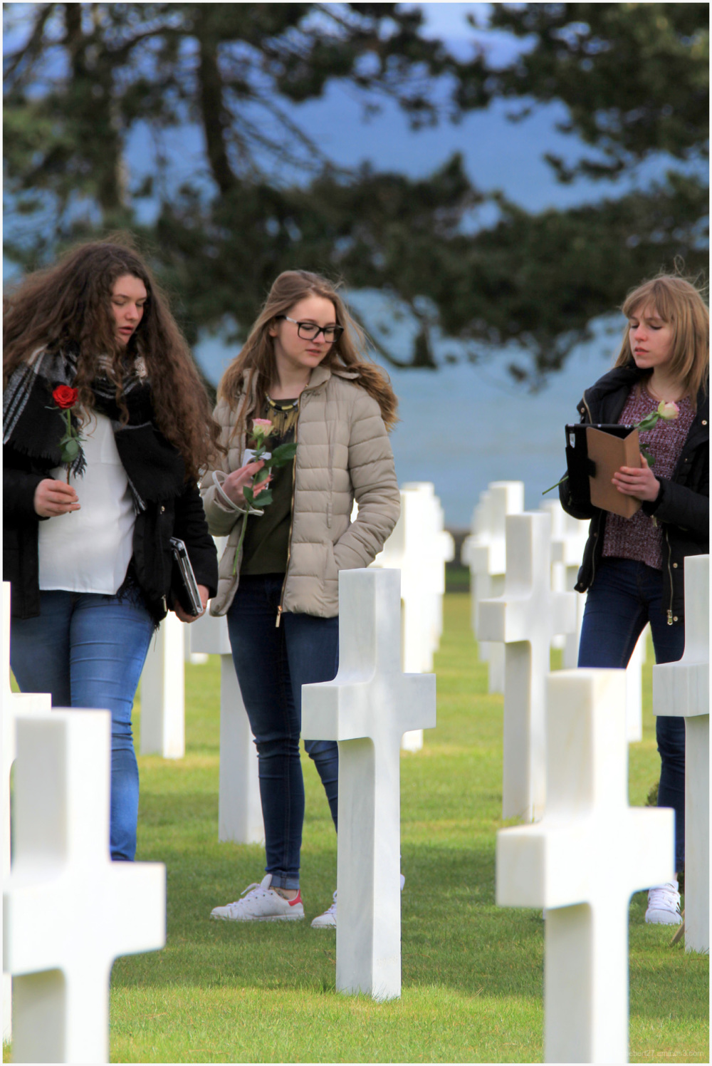Geste émouvant dans le cimetière d'Omaha beach