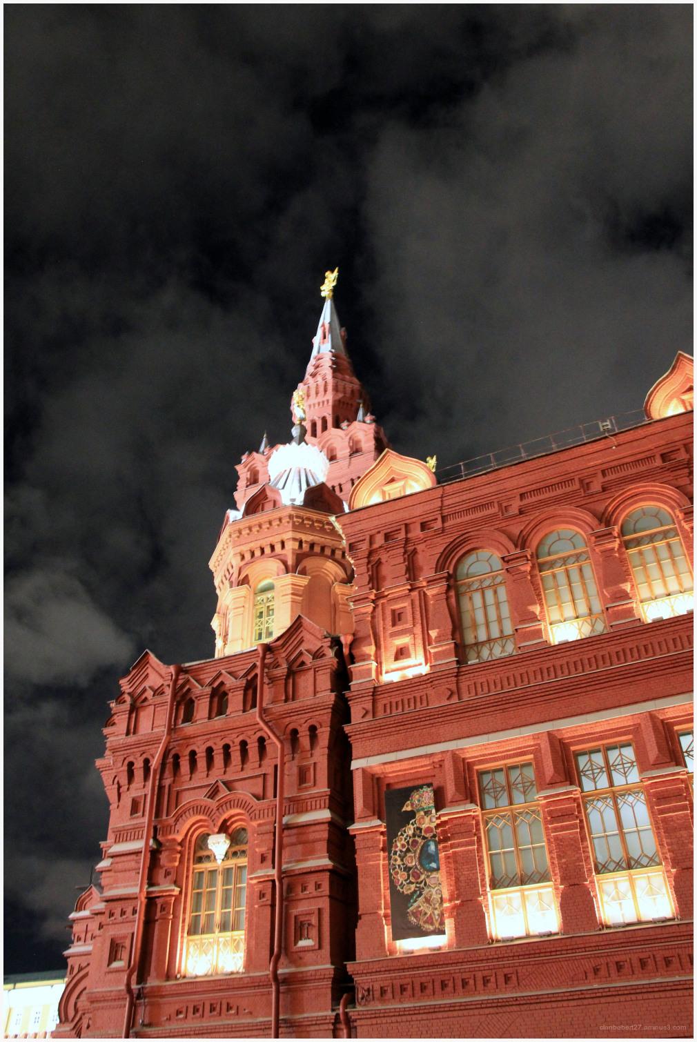 Le Kremlin majestueux sous un ciel de nuit parsemé