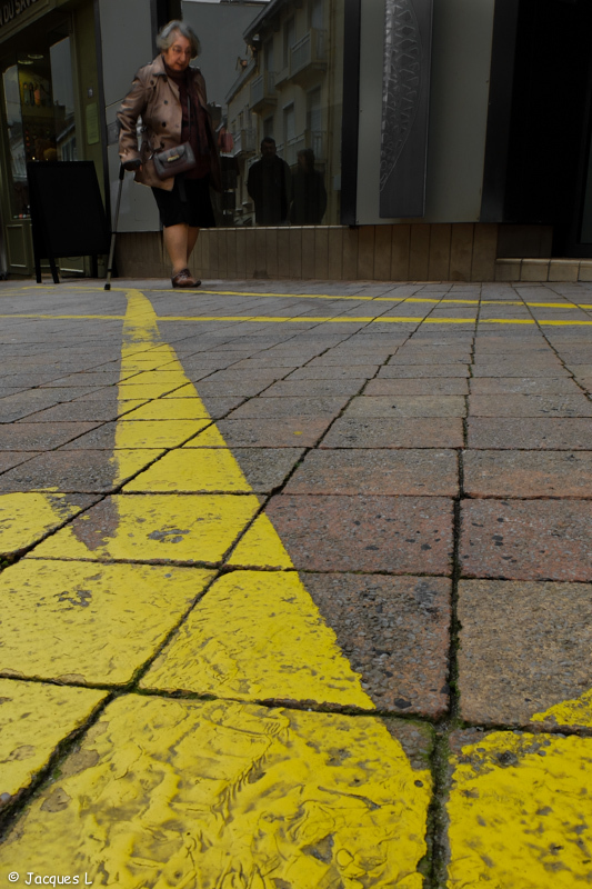 Suivre la ligne jaune.