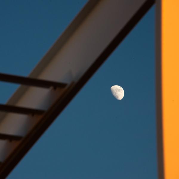 La lune joue avec les lignes