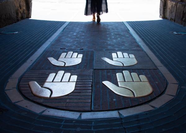 Pieds et mains liés.