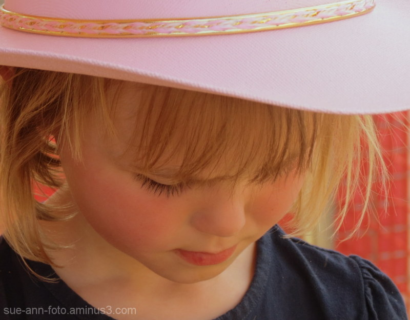 fillette  chapeau rose- girl pink hat close up