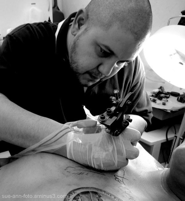 le tatoueur-ouch!  -  the tatooist-ouch!