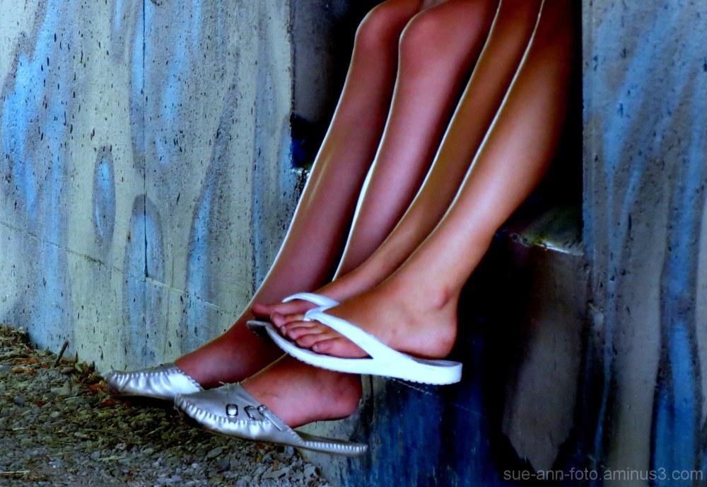 les pieds pendants- feet pending