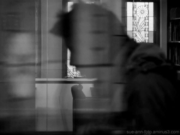 fantôme errant dans le bâtiment de la bibliothèque
