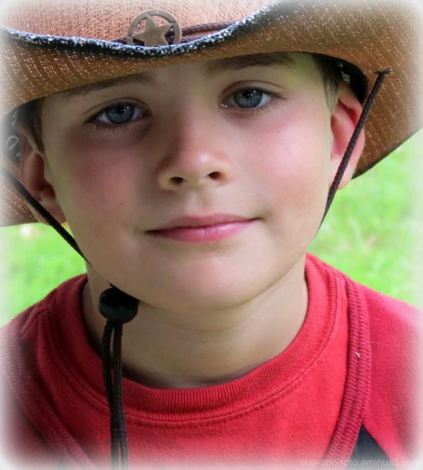 chapeau un peu grand...Thomas - hat bit too big...