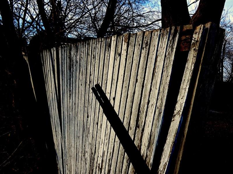 clôture en décrépitude - falling fence