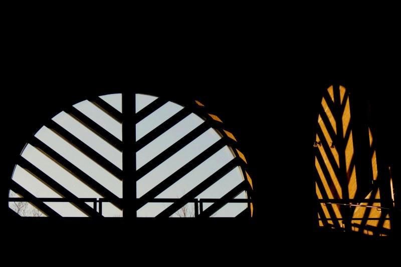 une fenêtre, 2 lumières  -  one window, 2 lights