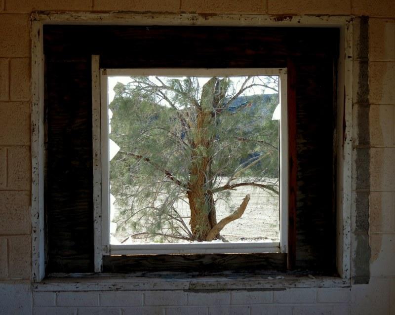 par la fenêtre, le désert - desert through window