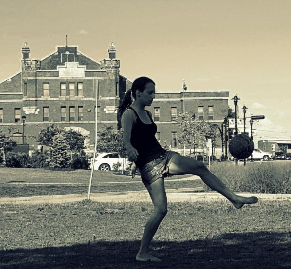 la fille au ballon - playing ball
