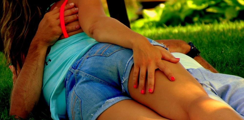 bretelle et vernis à ongles