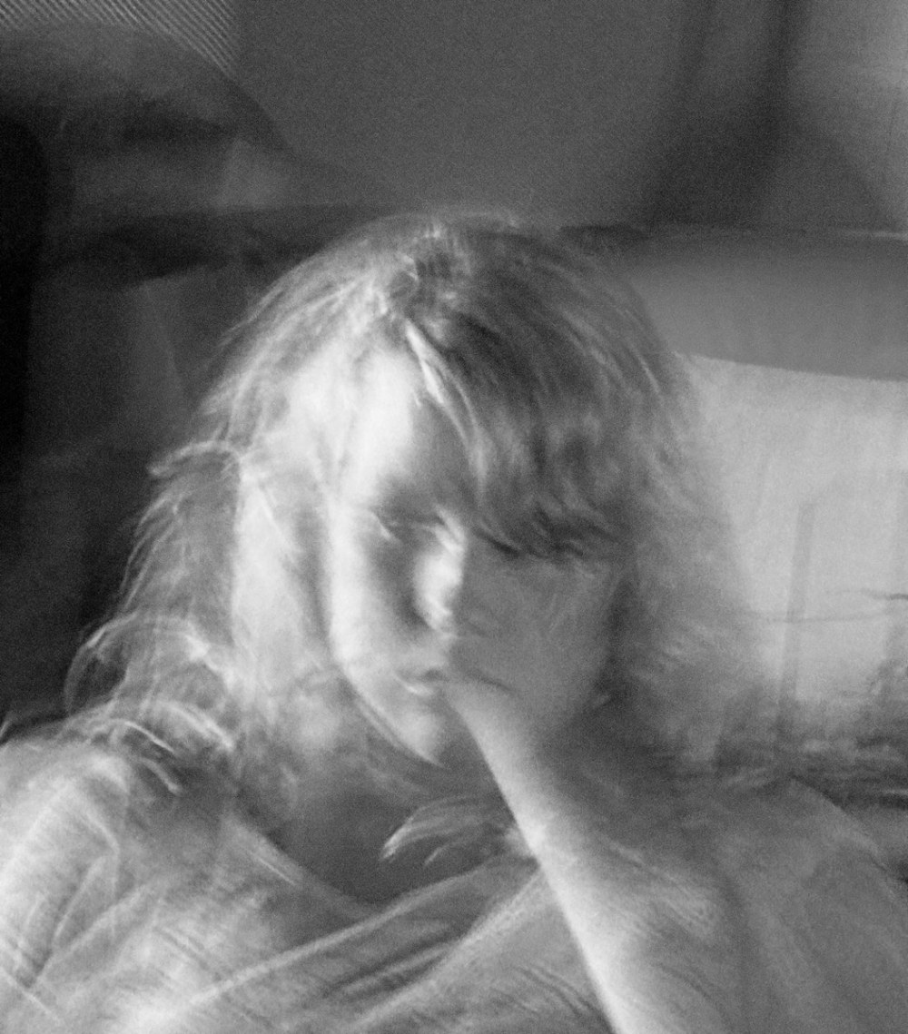 Un pétard fantômatique - a ghostly beautiful girl