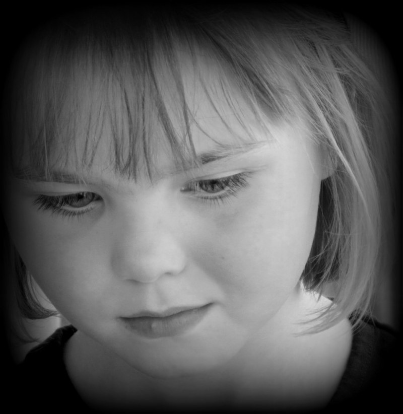 la petite fille sans chapeau rose
