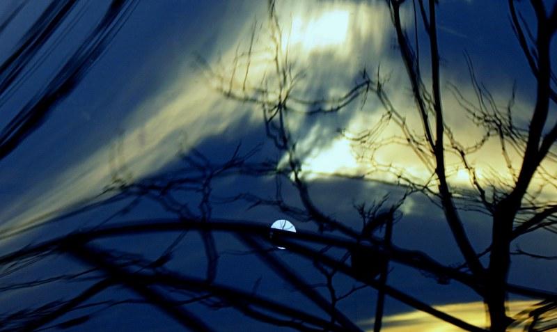 la lune qui joue à cache- cache