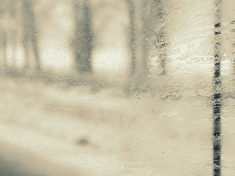 sous une pluie torrentielle