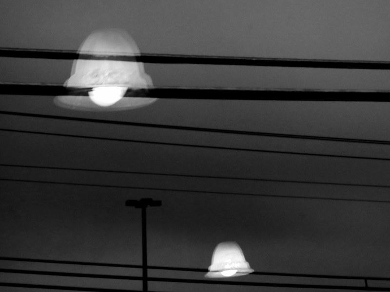 les OVNIs atterrissent, électrocution en vue...