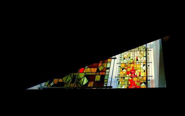 vitrail se dénudant à moitié à l'église