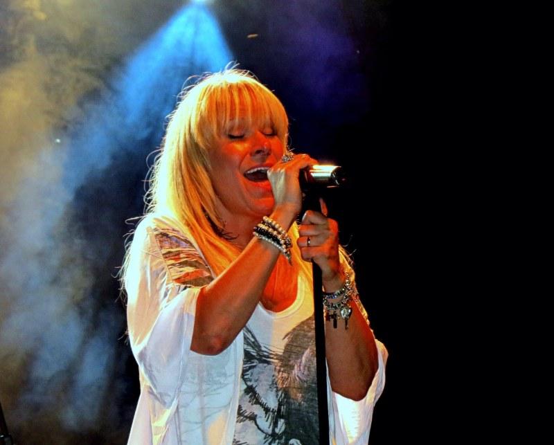 la chanteuse  rock Lulu Hughes en spectacle