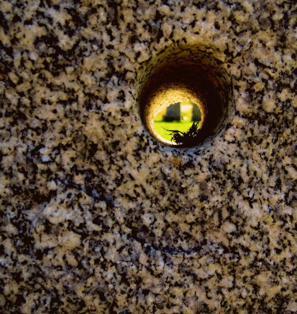 un trou dans le granit