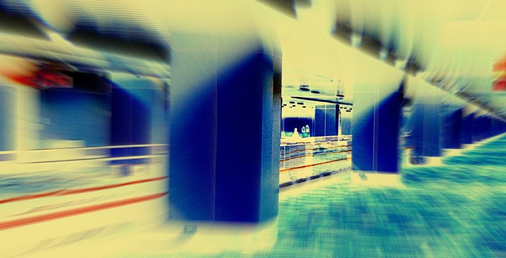 sur le quai, les colonnes bleues