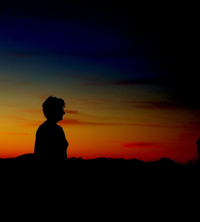 en observant le coucher de soleil