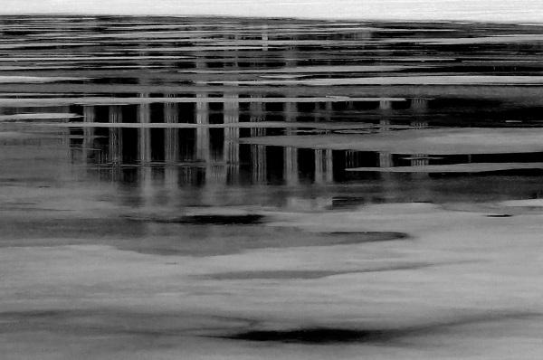 sur la promenade en noir et blanc