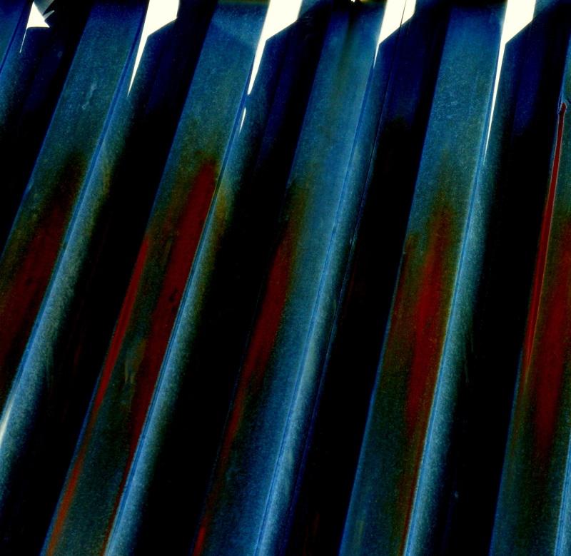 couleurs sorties d'une vulgaire clôture de tôle