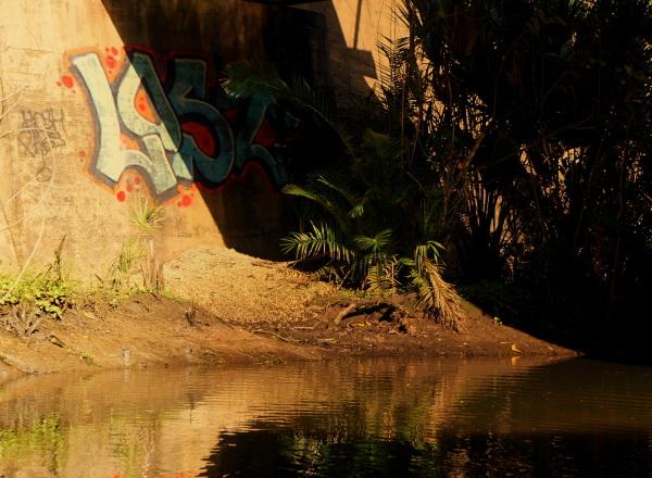 en pagayant sur la rivière