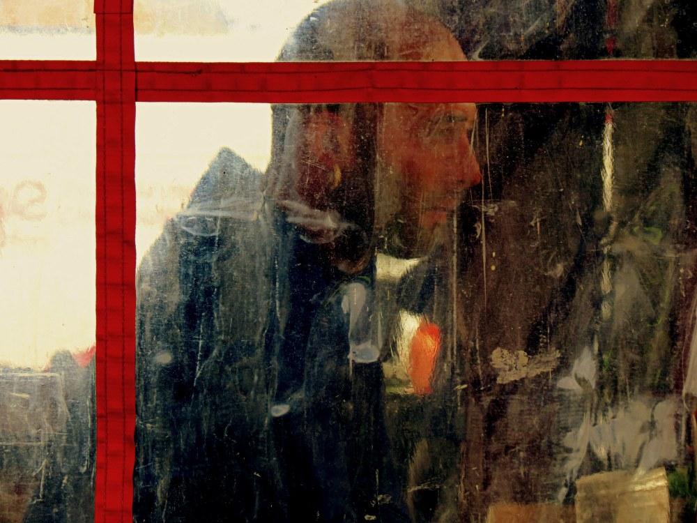 l'lhomme derrière la vitre