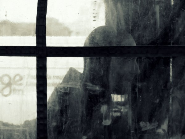 l'homme derrière la vitre